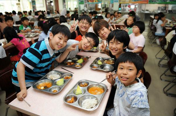 【画像】韓国の給食がやばいwwwwwwwww [無断転載禁止]©2ch.net [264168779]YouTube動画>2本 ->画像>125枚
